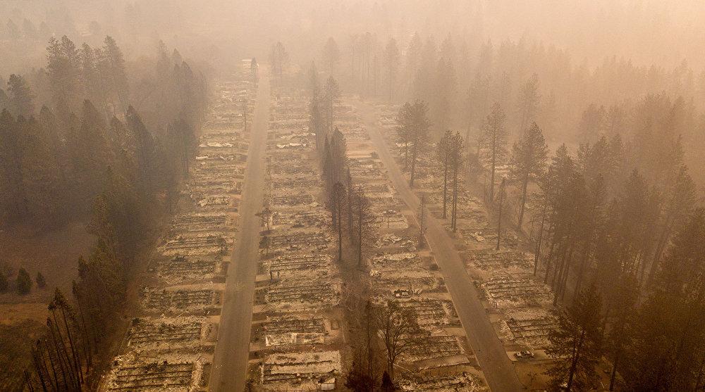 Калифорниянын түндүгүндөгү Парадайз шаарынын өрт чалган аймагы. Тилсиз жоодон 71 киши каза болуп, миңден ашык киши дайынсыз. Өрт 8-ноябрда башталган. Ал штаттын тарыхындагы эң ири өрт кырсыгы болуп калды. Учурда тилсиз жоо 59 миң гектарга жайылып, 6,47 миң курулуш жок болду.