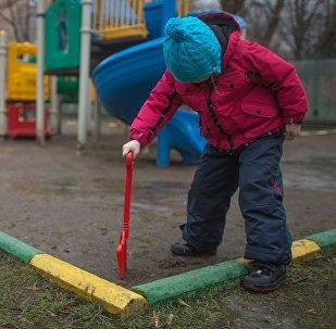 Девочка играет на детской площадке. Архивное фото
