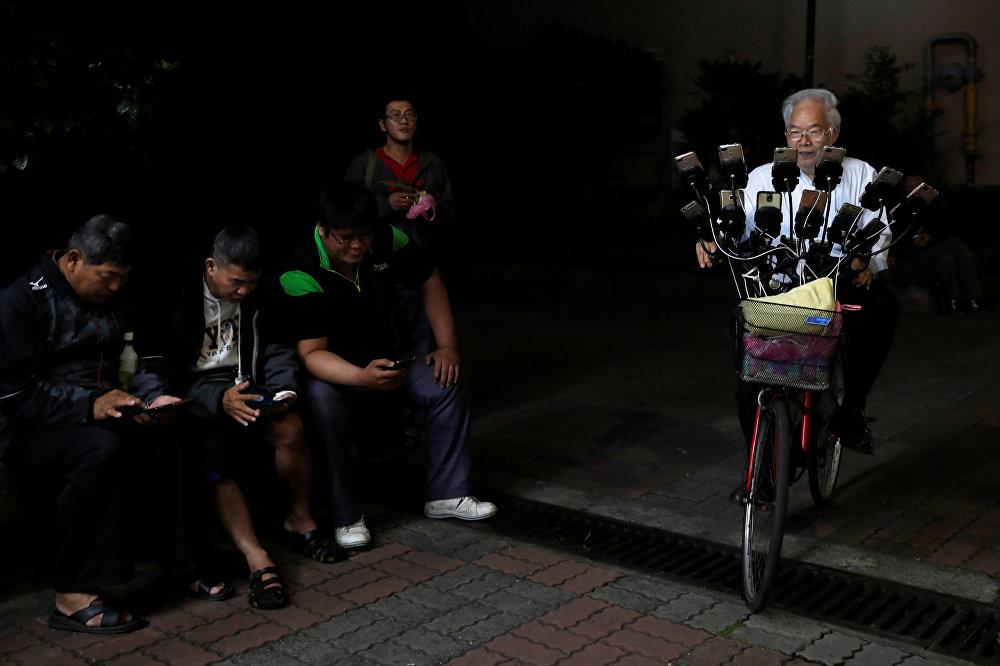 Покемон-чоң ата деген лакап ат менен таанымал Тайвандын 70 жаштагы тургуну Чэнь Сан-Юань Pokemon Go оюнун велосипед тээп баратып, 12 смартфондо ойноду.