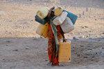 Девочка идет за питьевой водой на окраине города Ходейда (Йемен). Архивное фото