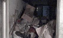 Ужасное зрелище — из квартиры бишкекчанки самосвалами вывозят мусор. Видео
