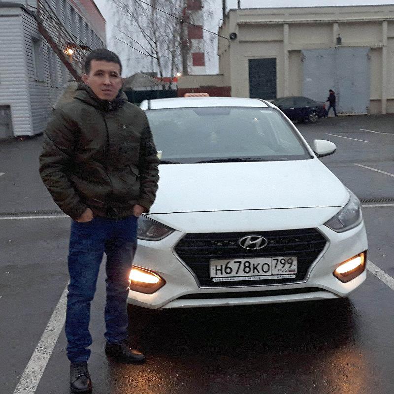 Таксист в Москве Кайрат Тентимишев во время работы