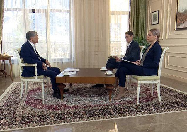 Экс-президент Кыргызстана Алмазбек Атамбаев во время интервью телеканалу Апрель