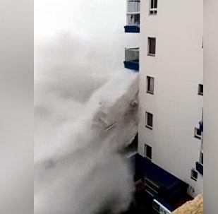 Огромные волны снесли балконы отеля — видео из Испании