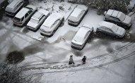 Припаркованные во дворе машины. Архивное фото