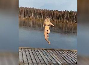 Девушка в нижнем белье прыгнула в озеро, но все пошло не так. Видео