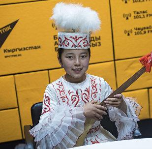 14 летняя комузистка Акмарал Эркинбек кызы. Архивное фото