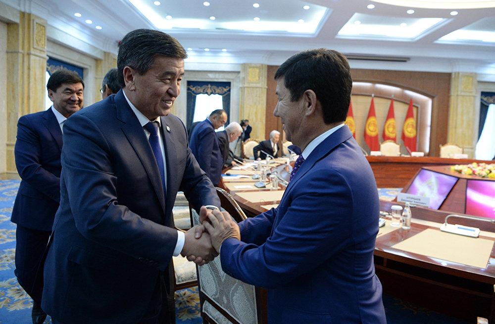 Бир кездеги эки өкмөт башчы. Президент Жээнбеков премьерликтин тизгинин 2016-жылдын апрель айында Темир Сариевден алган.