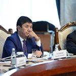 Сүрөттөгү береги эки адам да удаа өкмөт башчы болгондор. Жоомарт Оторбаев министрлер кабинетинин жетекчилик кызматын 2015-жылы жазында Темир Сариевге тапшырган.