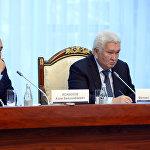 Удаа премьер-министр болгон аткаминерлер. Феликс Кулов жетекчилик тизгинди Азимбек Исабековго өткөрүп берип, ал кыргыз өкмөтүн болгону бир ай башкарган.