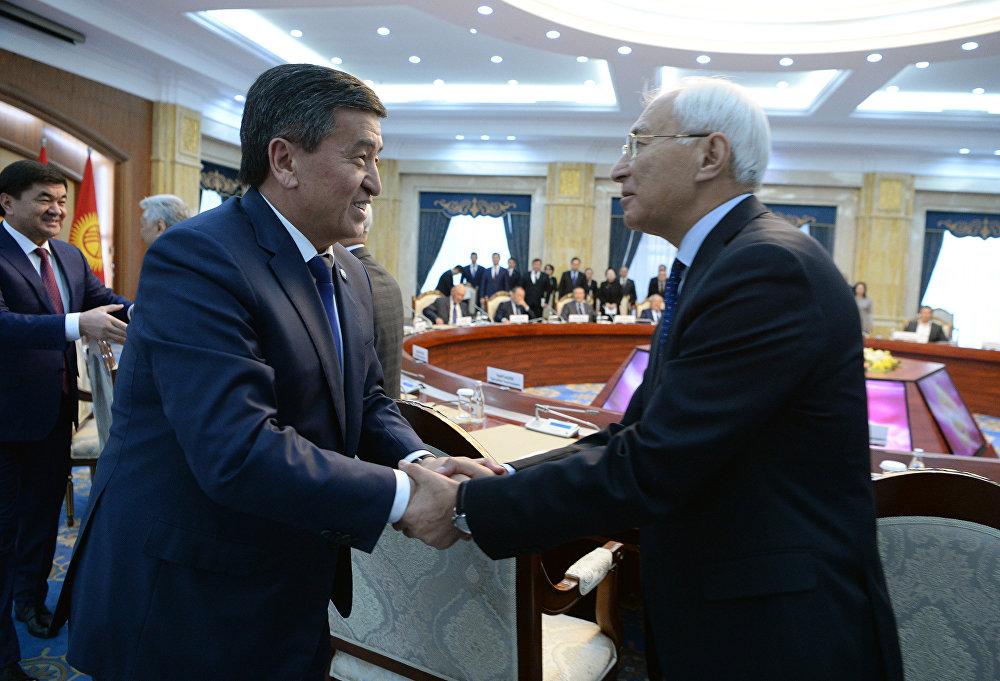 Кыргыз өкмөтүн 1999-2000-жылдары башкарган Амангелди Муралиев менен президент Сооронбай Жээнбеков