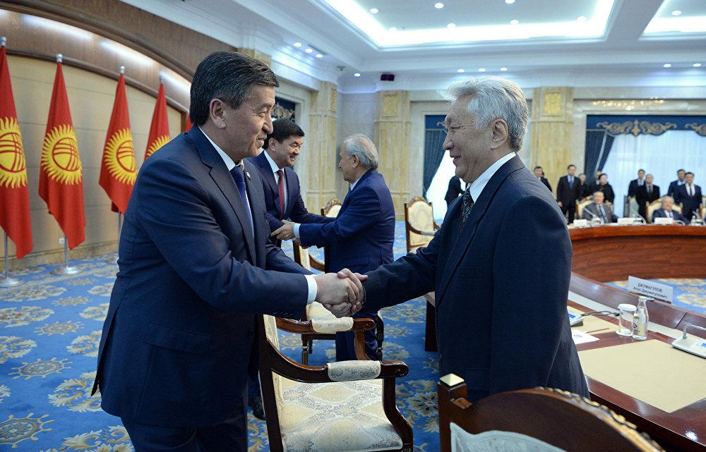 Кыргызстандын 2-премьер-министри менен президент Сооронбай Жээнбеков. Чыңгышев мындан 26 жыл мурда өкмөт башчылык тизгинди колуна алган.