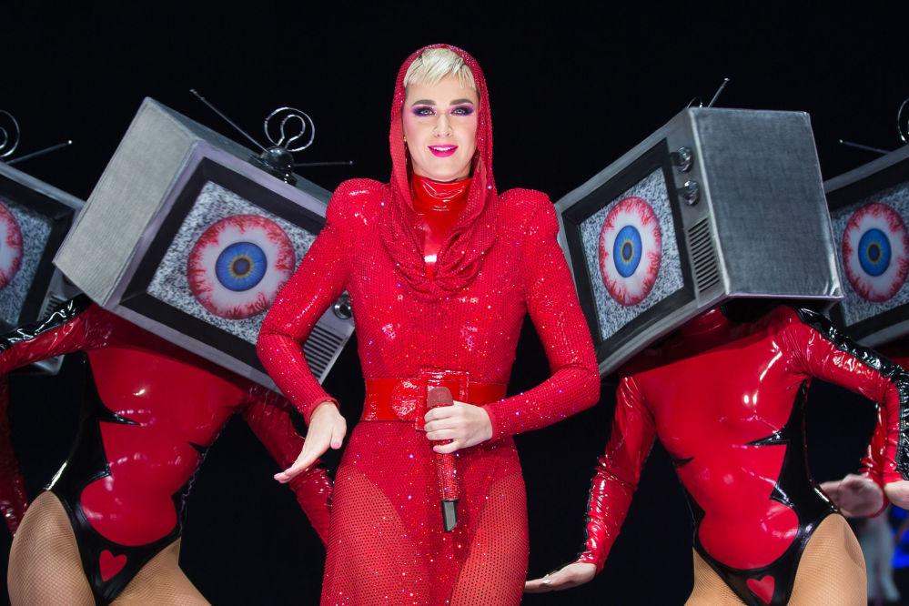 На верхней строчке рейтинга оказалась Кэти Перри. В 2018 году она заработала 83 миллиона долларов благодаря концертному туру Witness.