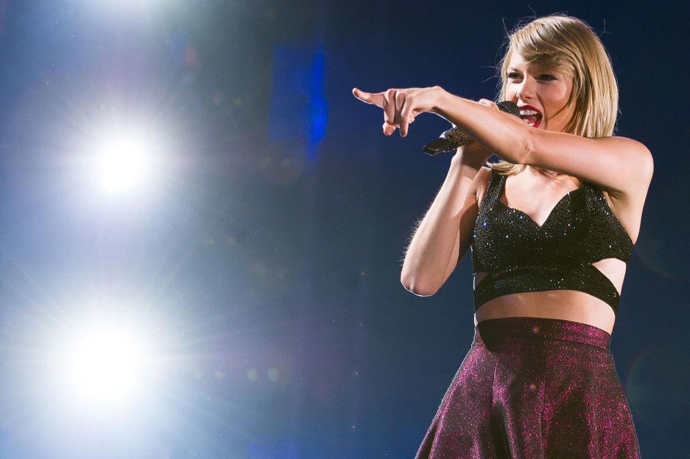 Второе место у Тейлор Свифт. Ее доходы за этот год составили 80 миллионов долларов. Новый альбом певицы Reputation всего за неделю с момента выхода разошелся тиражом в 2 миллиона копий.