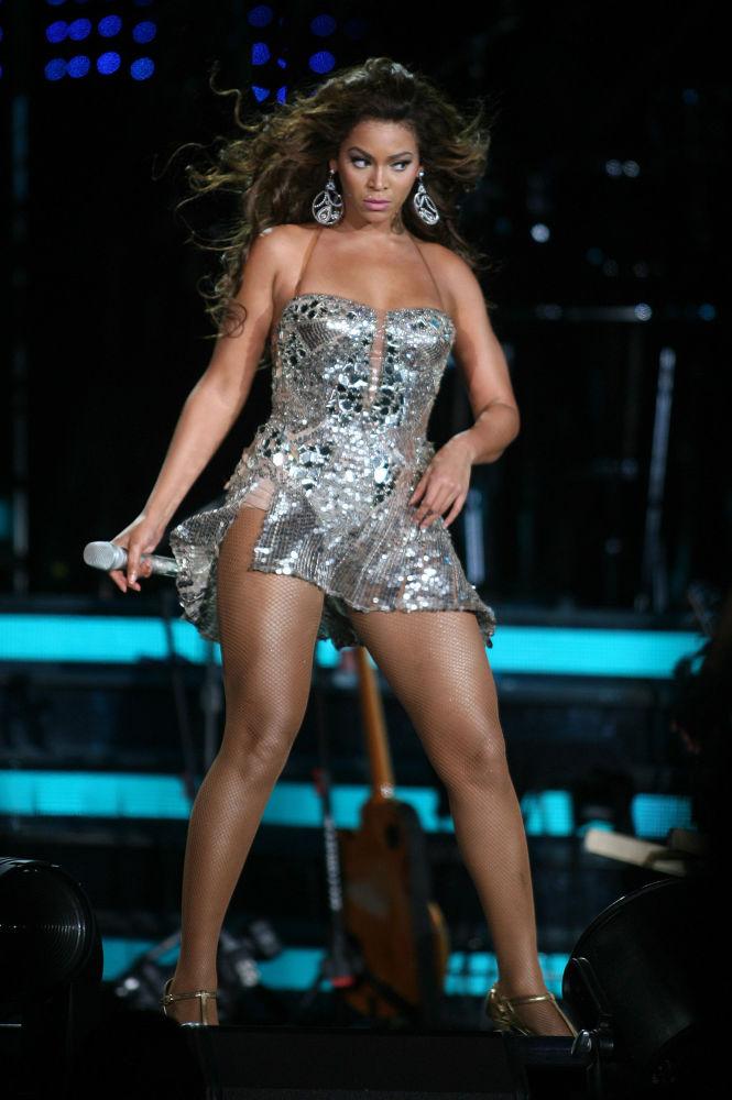 Лидеру прошлогоднего рейтинга Бейонсе в этом году досталось лишь третье место. Исполнительница вместе с мужем Jay-Z выпустила новый альбом и заработала 60 миллионов долларов.