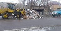 В Бишкеке посреди дороги неизвестные выгрузили гору мусора, что мешало проезду автомобилей
