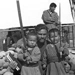 Белгилүү актёр Ричард Тайсон кыргыздын кичинекей балдары менен. Америкалык актёр өлкөгө Чыңгыз хан тасмасына тартылуу үчүн келген