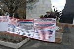 Жогорку Кеңештин имаратынын алдында бир жумадан бери күн сайын митинг өтүп, катышуучулар президент Сооронбай Жээнбековдун кабыл алуусун талап кылып жатышат