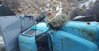 В Кеминском районе Чуйской области грузовик ГАЗ-53, груженный сеном, упал с обрыва в реку Чон-Кемин, погибли два человека