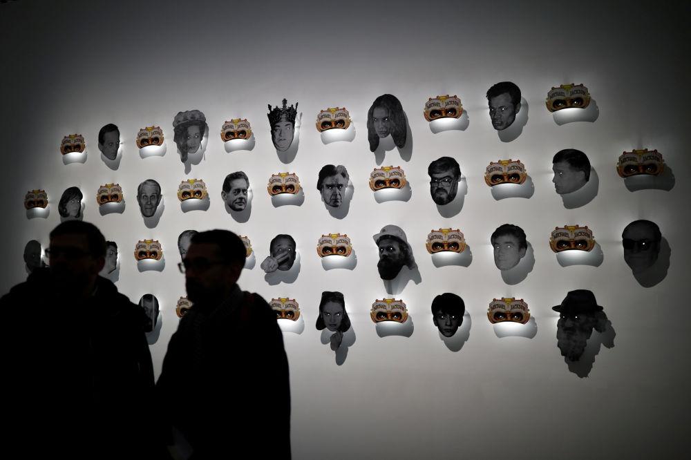 Посетители выставки могли увидеть картины, скульптуры, фотографии, а также послушать записи выступлений поп-короля
