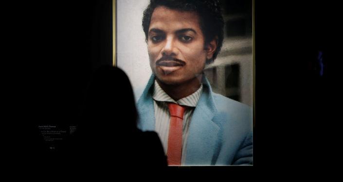 Работа художника Хэнка Уиллиса Томаса на выставке «Майкл Джексон: On the wall» в Париже