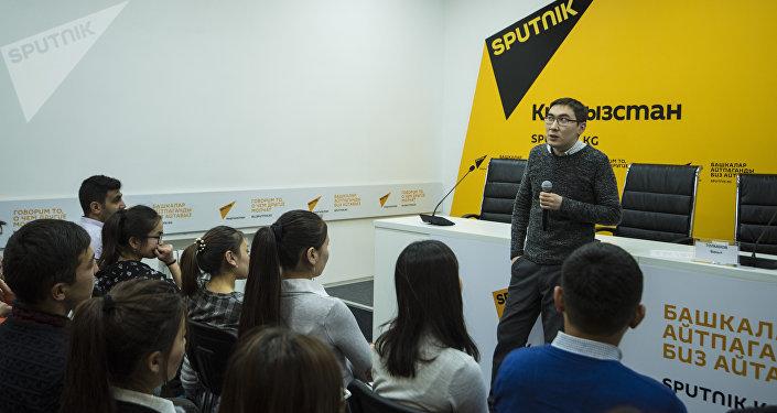 Он рассказал о специфике работы экономического журналиста, о знаниях, необходимых для освещения экономических тем, и объяснил, как находить информацию в этой сфере, в том числе в полевых условиях.