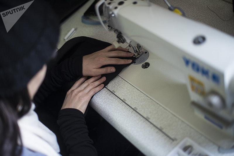 Сотрудница швейного цеха, где трудятся женщины, страдающие онкологическими заболеваниями