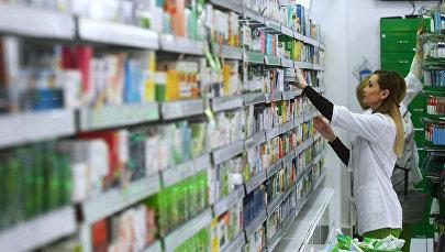 Фармацевт в аптеке. Архивное фото
