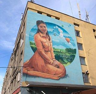 Портрет Бурулай Турдалы Кызы на фасаде общежития Бишкекского медицинского колледжа по улице Логвиненко