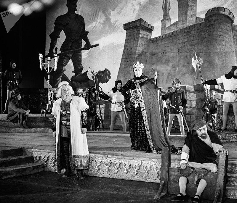 Актер Муратбек Рыскулов в спектакле Король Лир