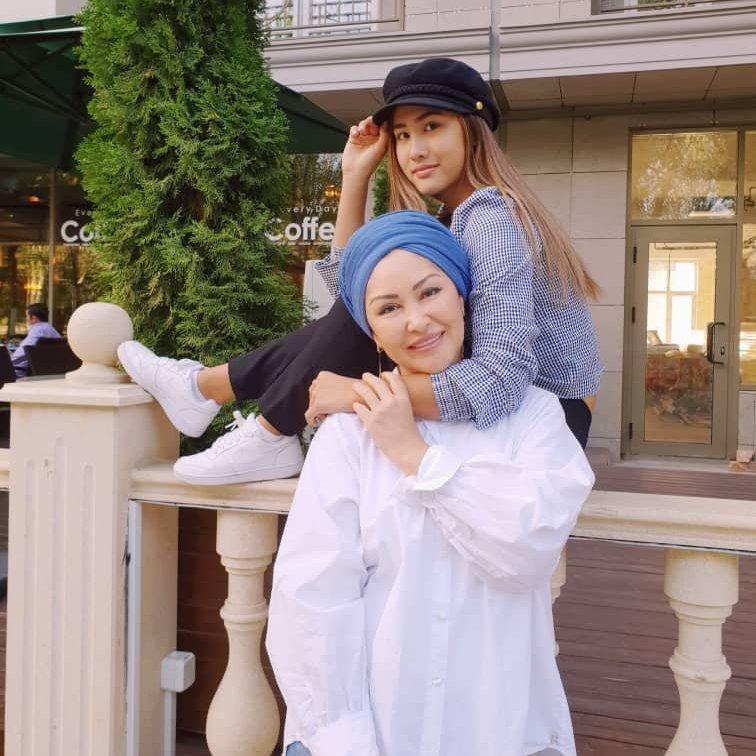 Вице-президент федерации художественной гимнастики КР Назира Айдарова с дочерью Айшой