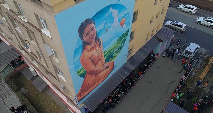 Памяти Бурулай — на стене общежития в Бишкеке появился ее потрет. Видео