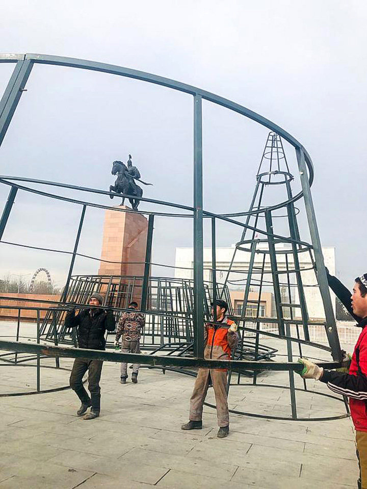 На площади Ала-Тоо в Бишкеке начался монтаж металлического каркаса новогодней ели