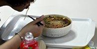 Женщина ест лапшу. Архивное фото