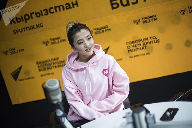Певица, блогер Айдана Дека во время интервью на радиостудии Sputnik Кыргызстан