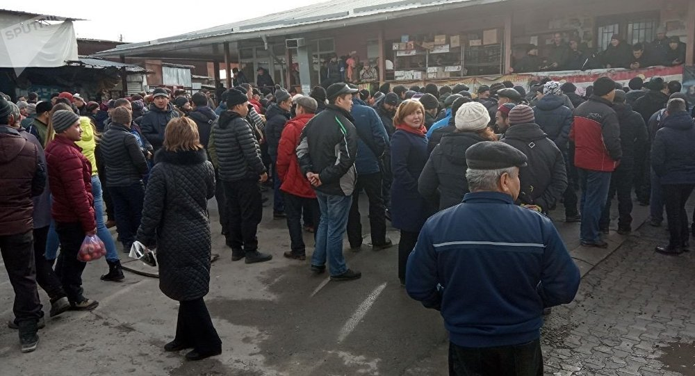 Торговцы Ошского во время митинга против закрытия их торговых точек