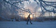 Мужчина идет по улице в морозную погоду. Архивное фото