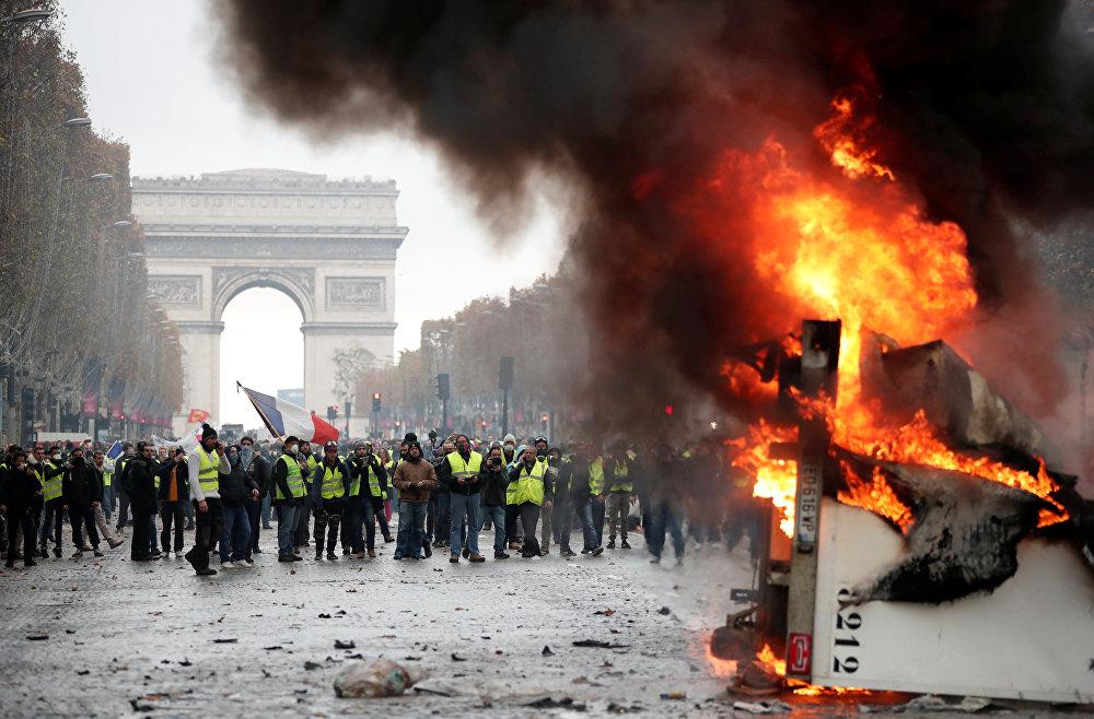 Акция против повышения цен на топливо в Париже