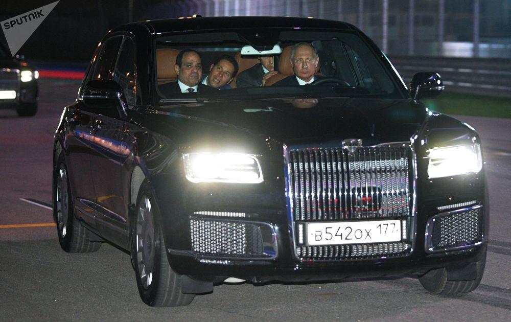 Путин и президент Египта Абдель Фаттах ас-Сиси в автомобиле Aurus кортежа президента России на трассе Сочи Автодрома