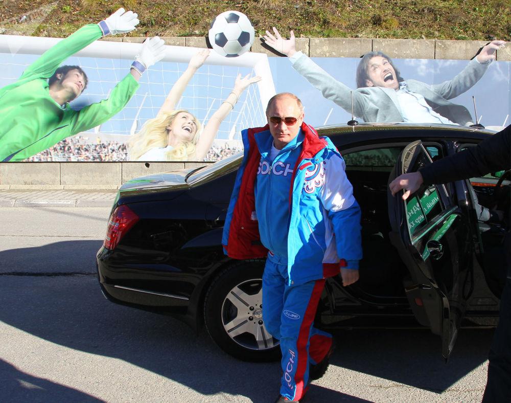 Президент России выходит из авто во время посещения горнолыжного курорта Красная Поляна в Сочи