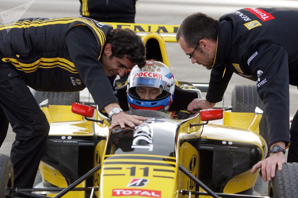 Путин опробовал в Ленинградской области болид Формулы-1. В течение нескольких часов он управлял гоночной машиной на специальной трассе, разогнавшись до 240 километров в час.