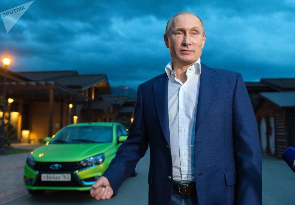 Президент прибыл к гостиничному комплексу Поляна.1389 на новой модели АвтоВАЗа Лада Веста