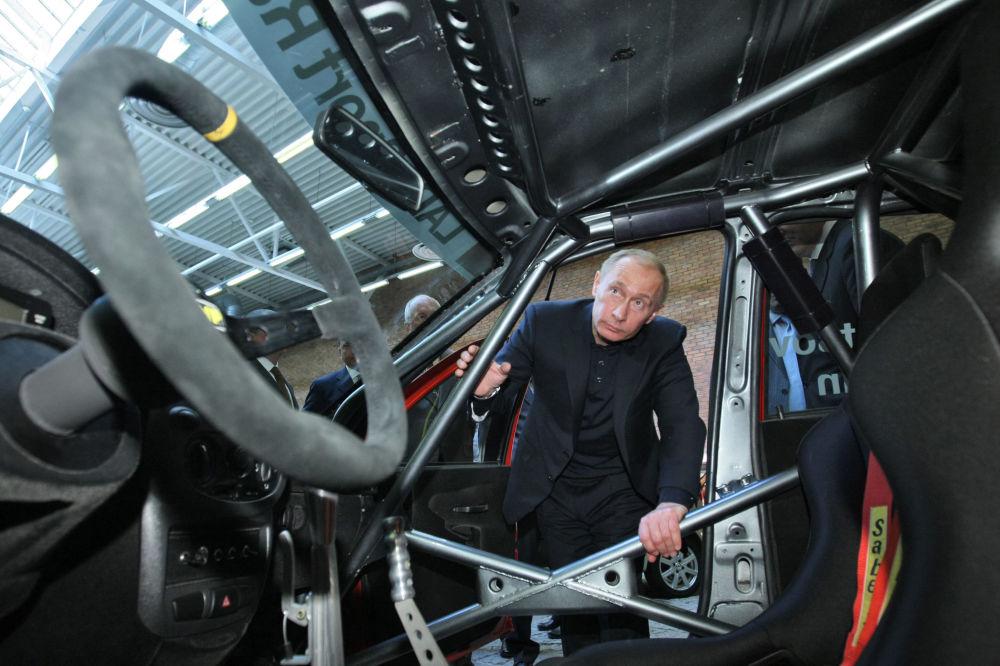 Председатель правительства Владимир Путин ознакомился с модельным рядом и экспериментальными образцами автомобилей, выставленных в павильоне научно-технического центра АВТОВАЗа