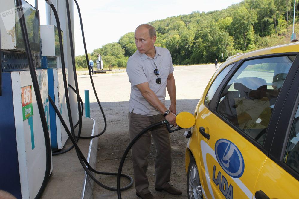 Путин по дороге на стройплощадку Нижне-Бурейской ГЭС остановился на автозаправке, где заправлялись отдыхающие с Дальнего Востока