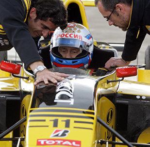 Владимир Путин попробовал себя в роли пилота Формулы-1