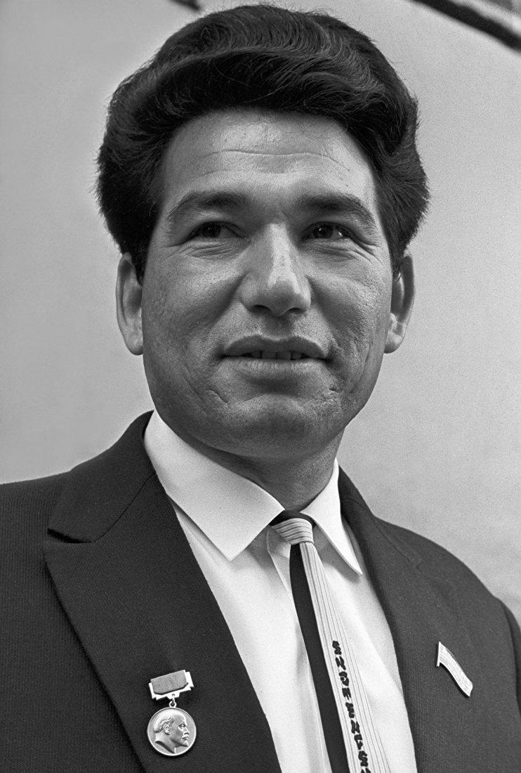 Чингиз Айтматов, лауреат Ленинской премии (1963) в области литературы и искусства за Повести степей и гор.