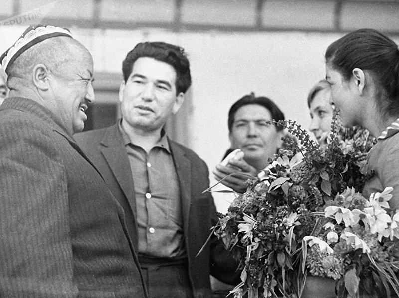 Киргизский писатель Чингиз Айтматов (второй слева) беседует с колхозниками во время поездки по Ошской области.