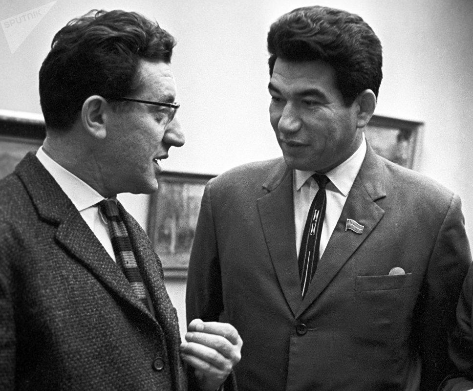 Лауреаты Ленинской премии скульптор Лев Ефимович Кербель (слева) и писатель Чингиз Торекулович Айтматов