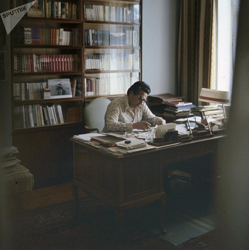 Народный писатель Киргизской ССР Чингиз Айтматов в своем рабочем кабинете в городе Фрунзе (ныне Бишкек), где он написал почти все свои произведения.