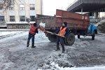 В Бишкеке сотрудники муниципального предприятия Тазалык продолжают устранять последствия снегопада – проводят работы по очистке тротуаров, прибордюрной части остановочных комплексов и подсыпке городских дорог от снега.